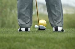 Golfista a prepararse al soplo de la bola Imagen de archivo