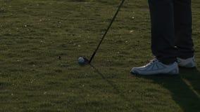 Golfista profesional que juega el campo de golf almacen de video