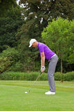Golfista que dirige la bola Fotografía de archivo libre de regalías