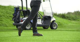 Golfista que golpea el tiro de golf con el club almacen de video