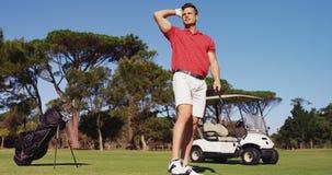 Golfista que juega a golf almacen de metraje de vídeo