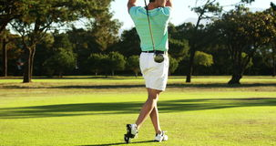Golfista que juega a golf metrajes