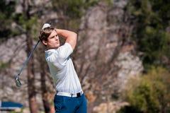 Golfista que juega un tiro en el espacio abierto Foto de archivo