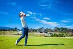 Golfista que juega un tiro en el espacio abierto Foto de archivo libre de regalías