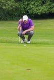Golfista que lee el verde Imagen de archivo libre de regalías