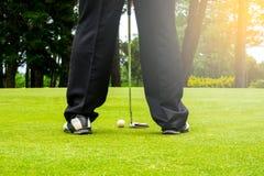 Golfista que pone la pelota de golf para agujerear para el ganador imagenes de archivo