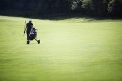 Golfista que recorre en espacio abierto con el bolso. Foto de archivo libre de regalías
