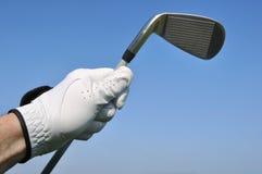 Golfista que sostiene un hierro (club de golf) Foto de archivo