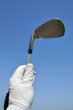 Golfista que sostiene un hierro (club de golf) Imagenes de archivo