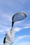 Golfista que sostiene un programa piloto del metal Imágenes de archivo libres de regalías