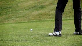 Golfista que tira una pelota de golf almacen de metraje de vídeo