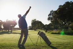 Golfista szczęśliwy z jego strzelał zdjęcie stock