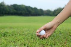 Golfista teeing w górę piłki golfowej zdjęcie stock