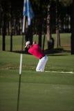 Golfista uderza piaska bunkieru strzał Zdjęcie Stock