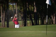 Golfista uderza piaska bunkieru strzał Zdjęcie Royalty Free