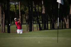 Golfista uderza piaska bunkieru strzał Obraz Royalty Free