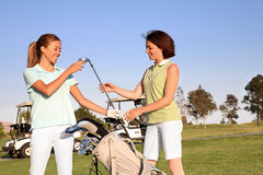 Golfistas de las mujeres Imagen de archivo libre de regalías