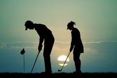 Golfistas en la puesta del sol stock de ilustración