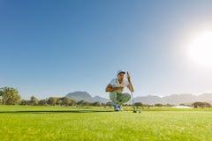 Golfisty celowanie robić jego następnemu uderzeniu zakańczającemu perfect obraz royalty free