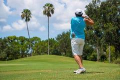 Golfisty ciupnięcia piłka na Pięknym polu golfowym Obrazy Royalty Free