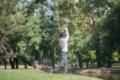 Golfisty mężczyzna przedstawienia szlagierowy zamiatać przy zielonym gazonem obrazy stock
