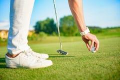 Golfisty położenia piłka uderzać zdjęcie stock