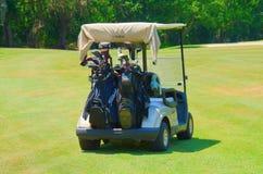 Golfkar met clubs in rug worden geladen die Stock Afbeeldingen