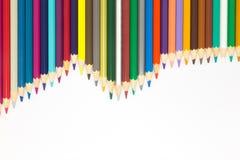 Golfklomp van veelvoudig kleuren houten potlood op witte achtergrond stock afbeelding