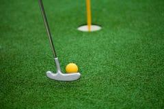 Golfklubb, boll och hål Royaltyfri Bild