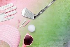 Golfklubb, golfboll, golfhandske och skärm med solglasögon royaltyfria bilder