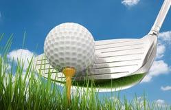 Golfklubb med golfboll på utslagsplats Arkivfoto