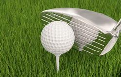 Golfklubb med golfboll på utslagsplats Royaltyfria Bilder