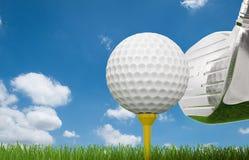 Golfklubb med golfboll på utslagsplats Fotografering för Bildbyråer