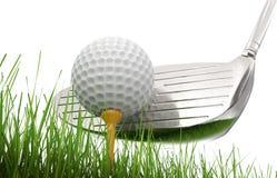 Golfklubb med golfboll på utslagsplats Arkivfoton