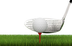 Golfklubb med golfboll på utslagsplats Arkivbild