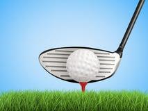Golfklubb med golfboll på utslagsplatssidosikt Arkivbild