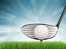 Golfklubb med golfboll på utslagsplatssidosikt Arkivfoto