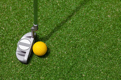 Golfklubb och boll Arkivbild