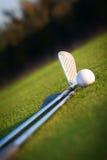 Golfklubb och boll fotografering för bildbyråer