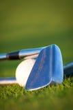 Golfklubb och boll royaltyfria foton