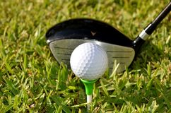 Golfklubb och golfboll royaltyfria bilder
