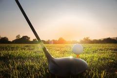 Golfklubb och golfboll på grönt gräs som är klart att spela royaltyfri fotografi