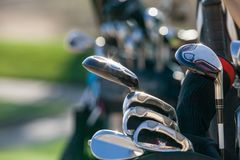 Golfklubbar i ljust solljus royaltyfri bild