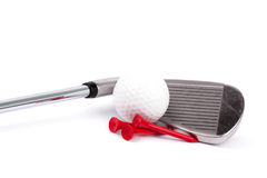 Golfklubben med klumpa ihop sig och utslagsplatser på vitbakgrund royaltyfria bilder