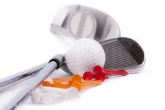 Golfklubben med klumpa ihop sig och utslagsplatser på vitbakgrund royaltyfri illustrationer