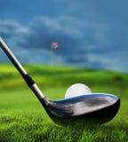 Golfklubben och klumpa ihop sig i gräs Arkivbild