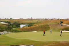 Golflekplats - grönt gräs med folk Royaltyfri Bild