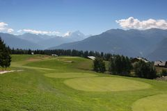 Golfloch 8 in Crans Montana Stockfotos