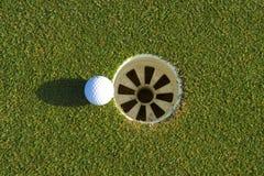 Golfloch auf einem Feld Stockfotografie