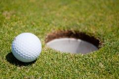 Golfloch mit Kugel Stockfoto
